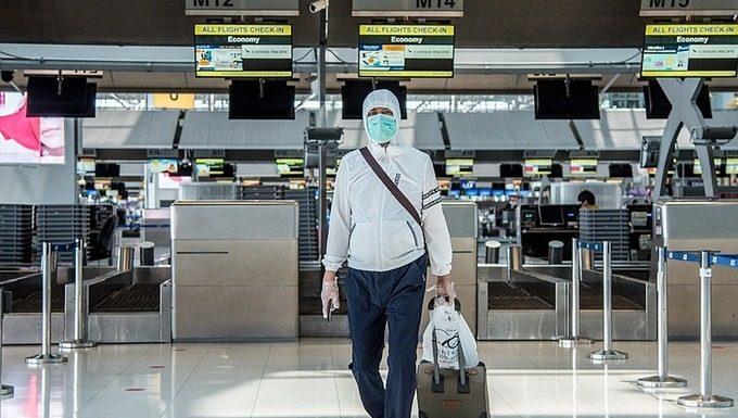 Một hành khách đeo khẩu trang tại Sân bay Suvarnabhumi, Bangkok, Thái Lan. Ảnh: Ploy Phutpheng.